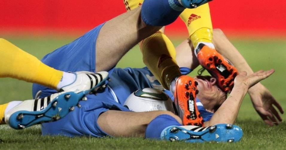 Bósnio Edin Dzeko sofre falta dura durante jogo contra a Romênia nas eliminatórias da Eurocopa (junho/2011)