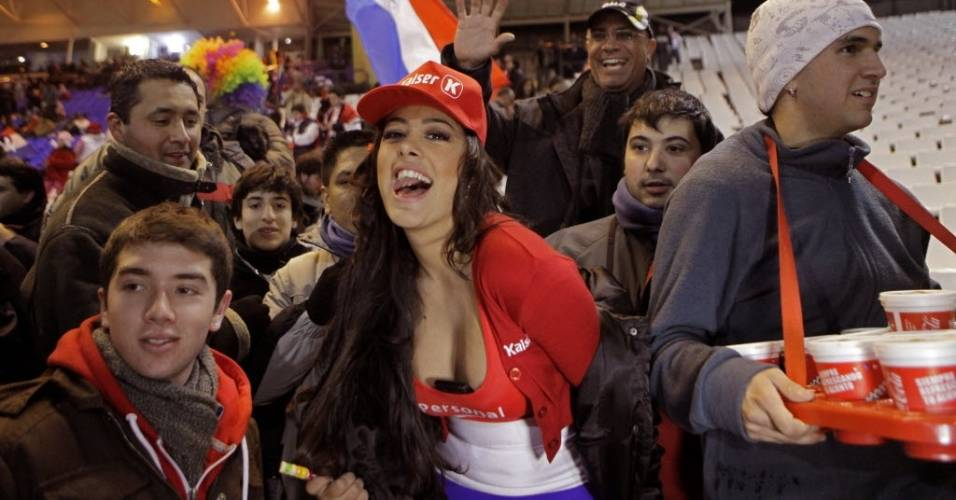 Larissa Riquelme assiste ao jogo entre Paraguai e Venezuela (20/07/11)