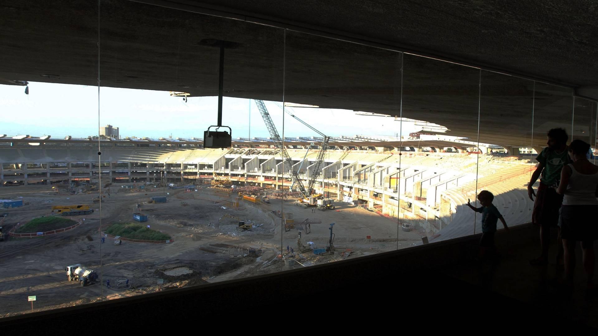 Turistas visitam obras do estádio do Maracanã (26/07/2011)