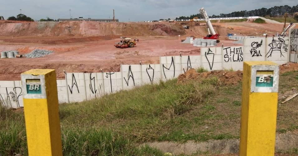 Estacas mostram localização dos dutos da Petrobras no terreno onde será construído o Itaquerão (02/08/2011)
