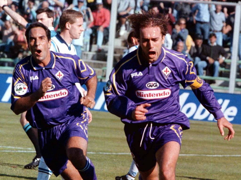 Ao lado de Edmundo (e), Gabriel Batistuta comemora aps marcar um gol pela Fiorentina em jogo pelo Campeonato Italiano  (29/03/1998)