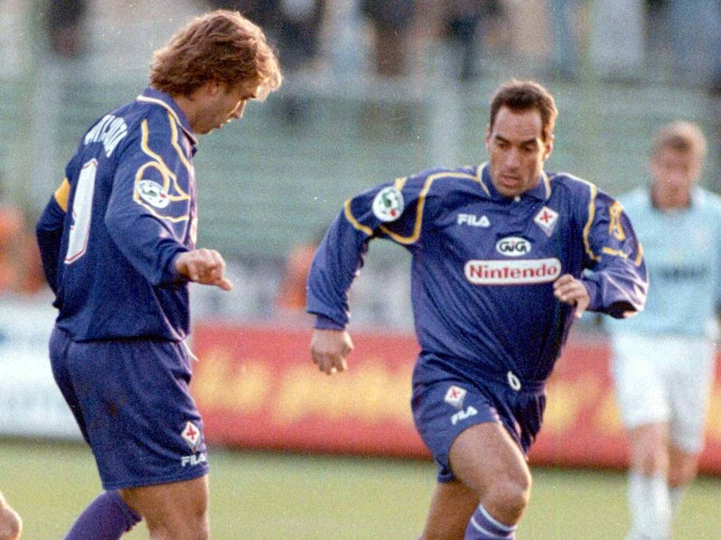 Gabriel Batistuta (e) tabela com Edmundo durante partida da Fiorentina pelo Campeonato Italiano (18/01/1998)