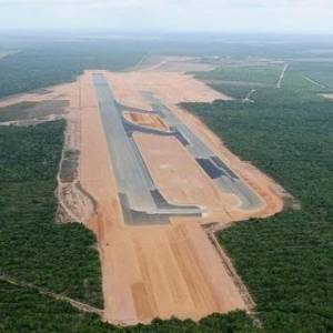 Vista &#225;erea das instala&#231;&#245;es do futuro aeroporto de S&#227;o Gon&#231;alo do Amarante; terrenos do entorno est&#227;o sob disputa judicial