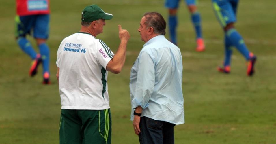 Tcnico Luiz Felipe Scolari e vice de futebol Roberto Frizzo conversam durante treino do Palmeiras (19/08/11)