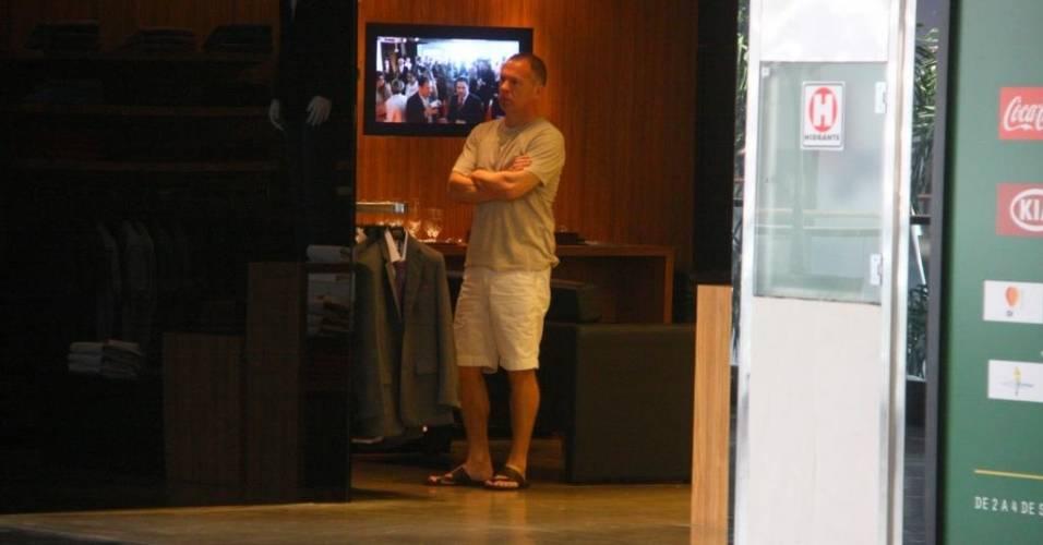 Mano Menezes passeia de bermuda e chinelos em shopping no Rio de Janeiro (20/08/2011)