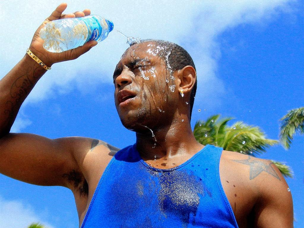 Jbson se refresca depois de praticar exerccios em uma praia de Salvador (25/08/2011)
