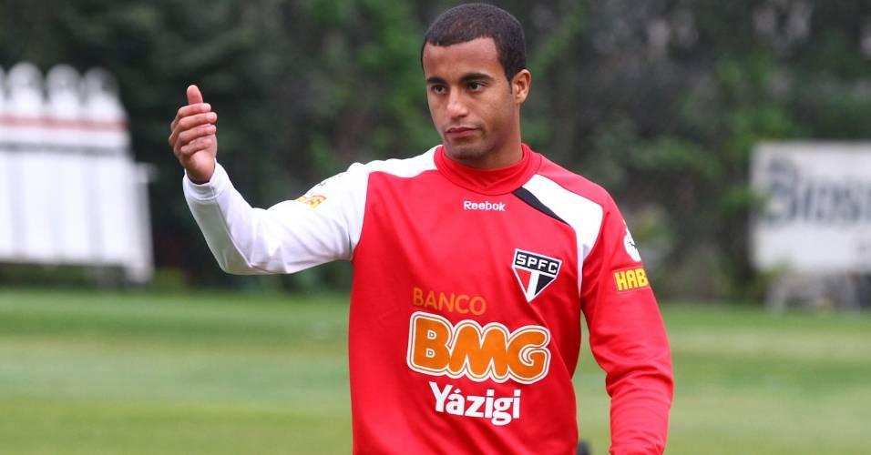 Lucas mostra serenidade em seu primeiro duelo na Vila Belmiro