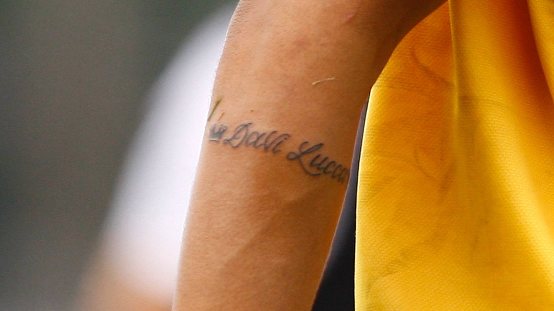 Neymar tatua nome do filho Davi Lucca no brao