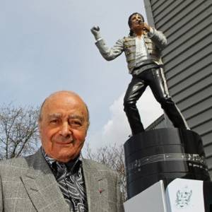 Mohamed Al-Fayed, dono do Fulham, posa ao lado de estátua de Michael Jackson no estádio do clube