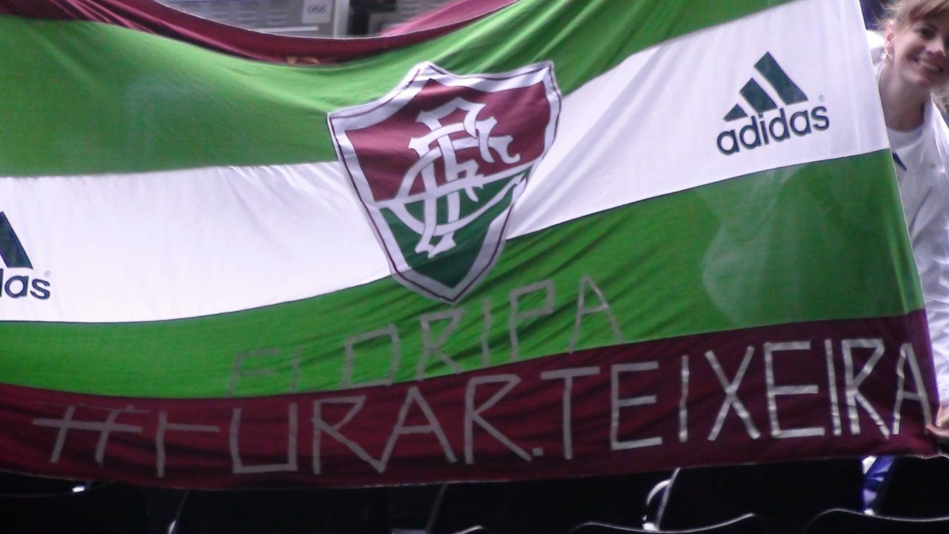 Torcedores do Fluminense estendem bandeira em protesto a Ricardo Teixeira