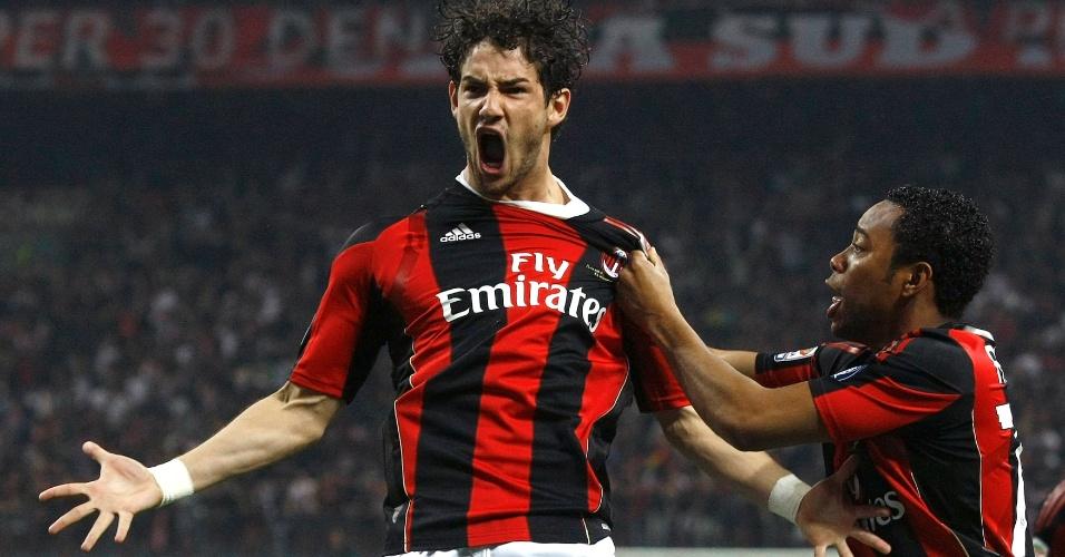 Alexandre Pato e Robinho comemoram gol pelo Milan em 2011
