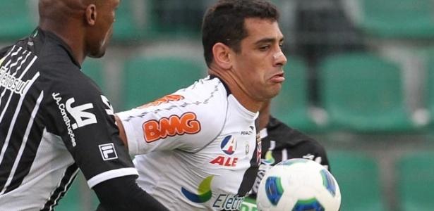 Diego Souza disputa a bola com a defesa do Figueirense