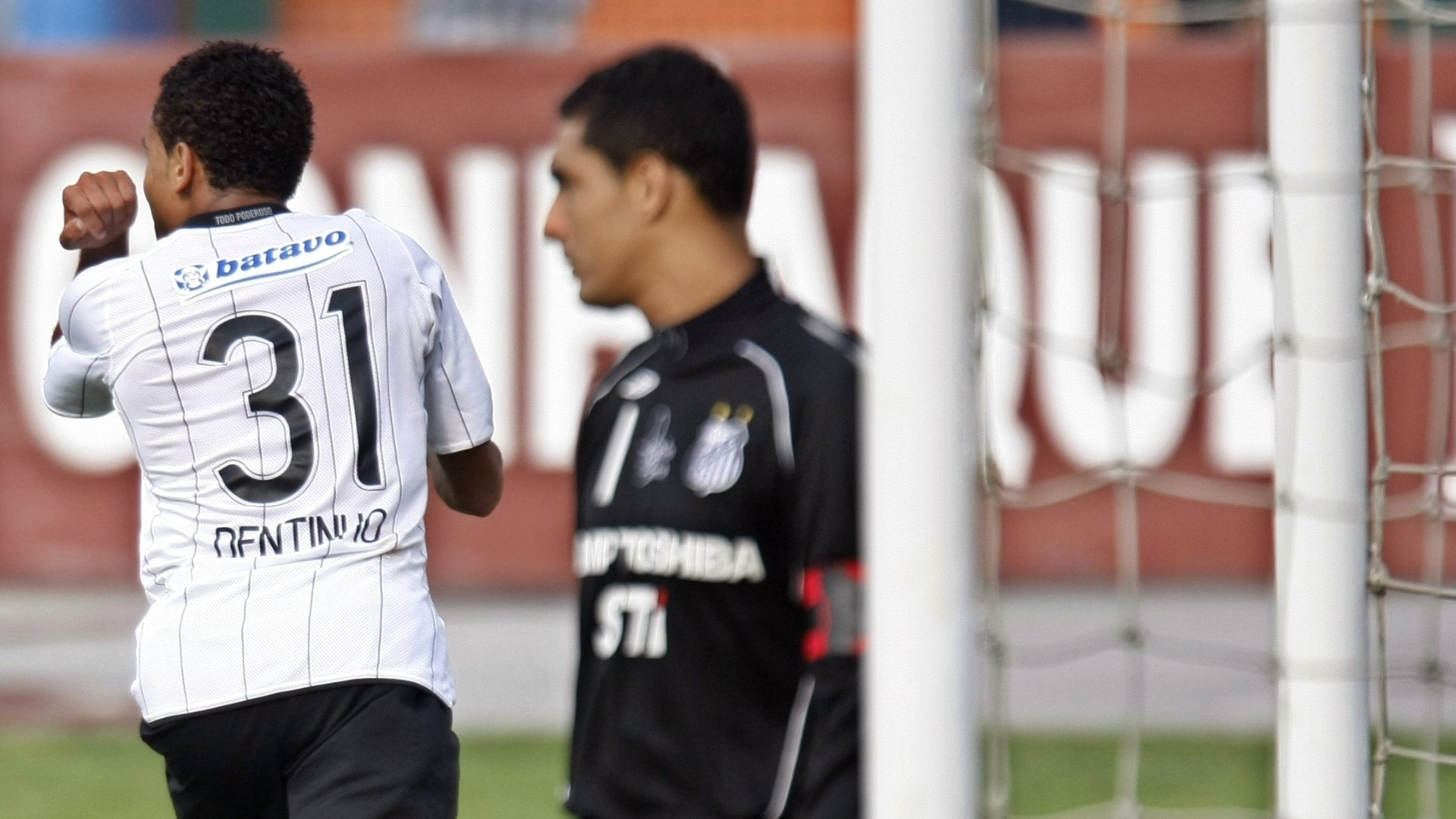O corintiano Dentinho festeja gol que marcou no goleiro Fábio Costa na vitória sobre o Santos, no estádio do Pacaembu, pelo Paulista (22/03/2009)