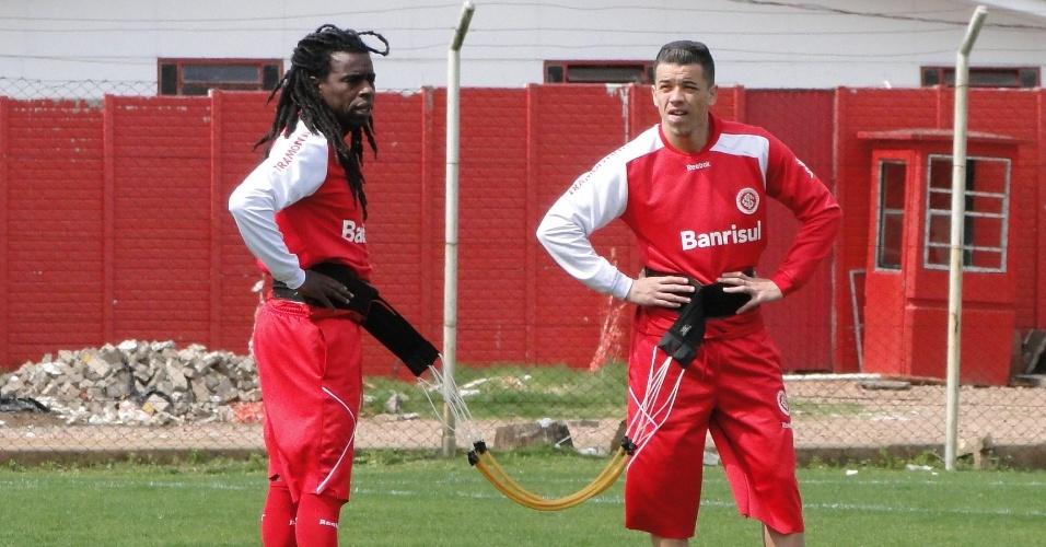 Volante Tinga e meia D'Alessandro realizam trabalho físico no suplementar do estádio Beira-Rio (19/09/2011)
