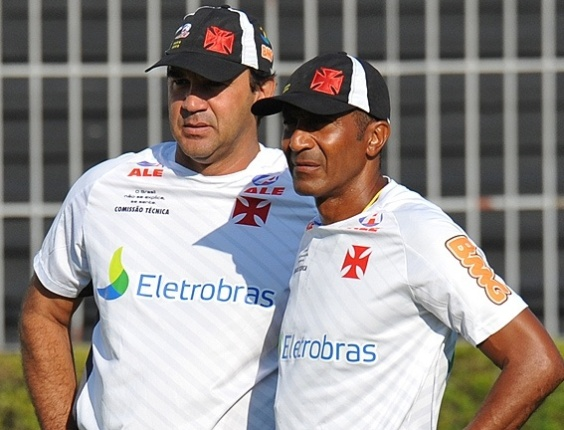 Ricardo Gomes e Cristóvão Borges observam um treinamento do Vasco em São Januário