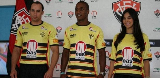 Gilberto é apresentado pelo Vitória durante o lançamento do terceiro uniforme (26/09/2011)