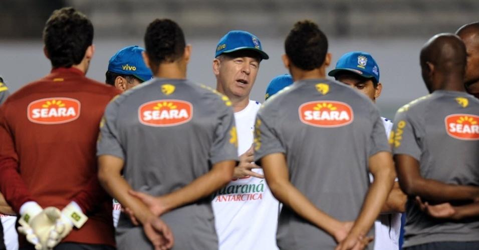 Mano Menezes dá instruções para os jogadores da seleção antes do jogo com a Argentina