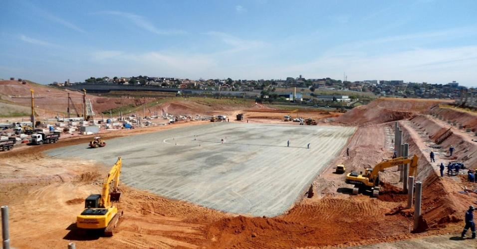 05.10.2011 - Futuro campo do Itaquerão já está demarcado pelos funcionários, que chegaram a pintar o local em que ficará o círculo central
