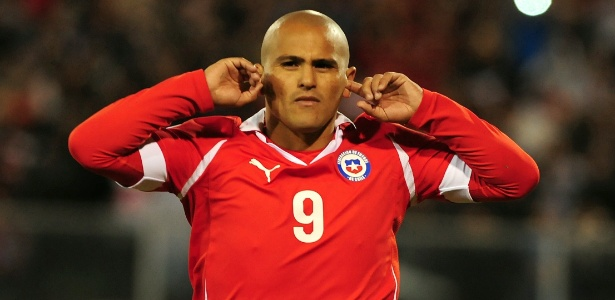 Atacante Suazo marcou o quarto gol do Chile ap&#243;s p&#234;nalti sofrido por Vald&#237;via