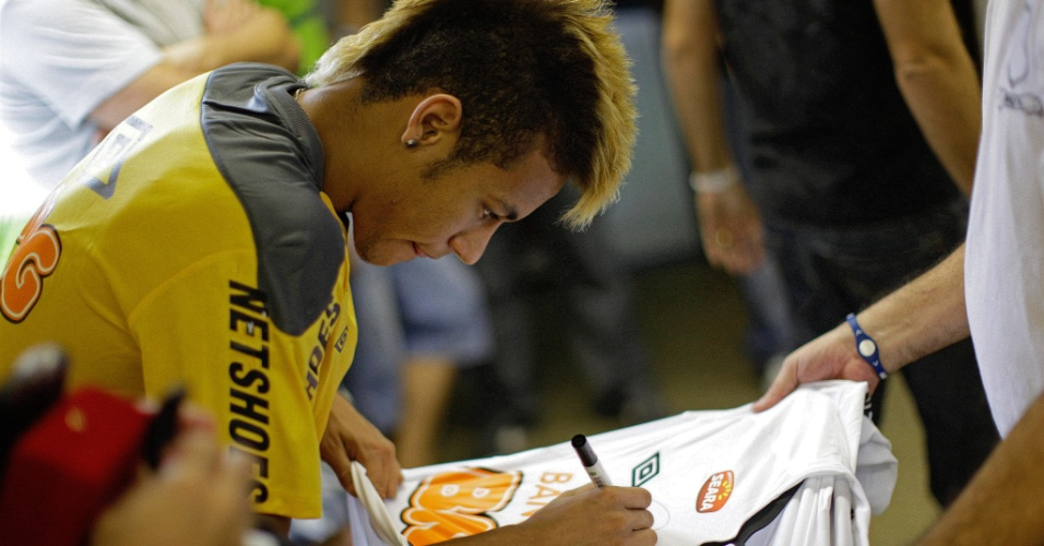 Neymar exibe seu moicano loiro e autografa camisa o Santos para fs