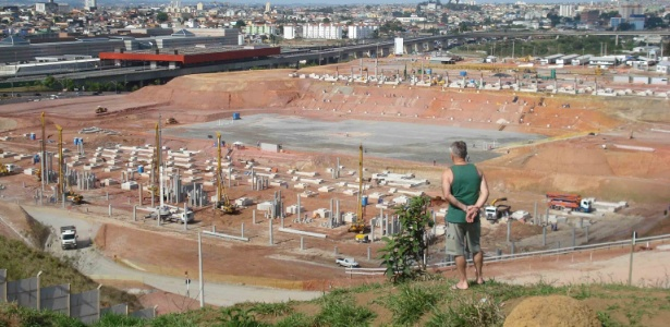 Aposentado Daniel Fondelo (dir) olha o andamento das obras do Itaquer&#227;o
