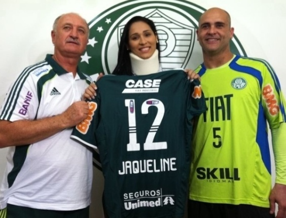 Jaqueline recebe uniforme de Marcos e Felipo, no Palmeiras (26/10/2011)