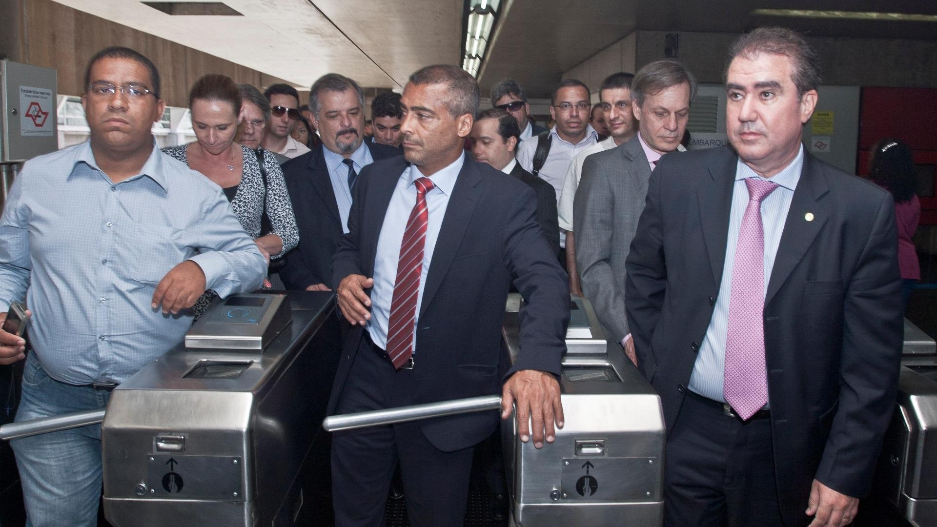 Juntamente com comissão de parlamentares, Romário foi de trem visitar obras do Itaquerão (07/11/2011)