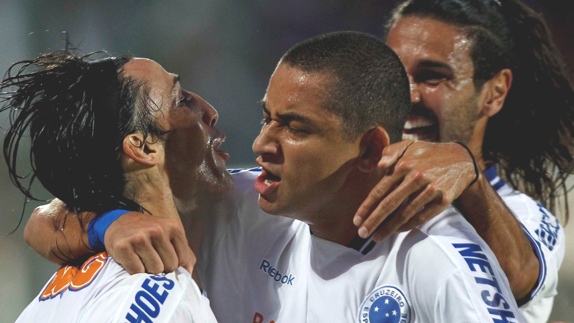Wellington Paulista e Faras comemoram gol na vitria do Cruzeiro sobre o Inter (13/11/2011)