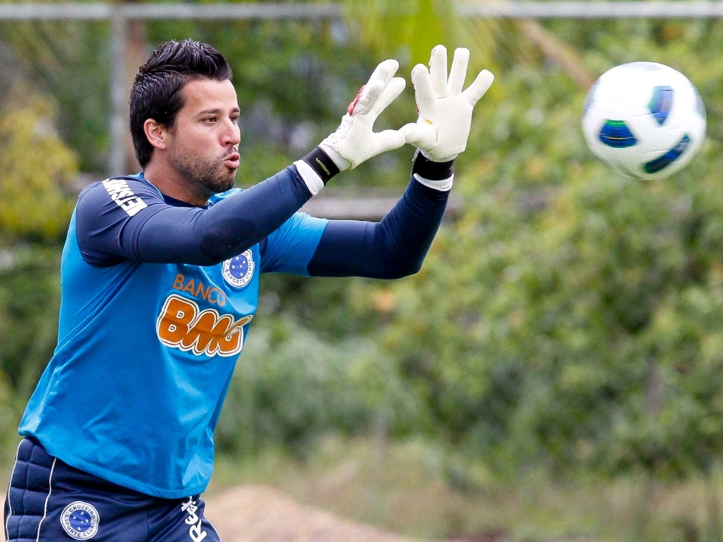 Goleiro Fbio durante treino do Cruzeiro na Toca da Raposa II (15/11/2011)