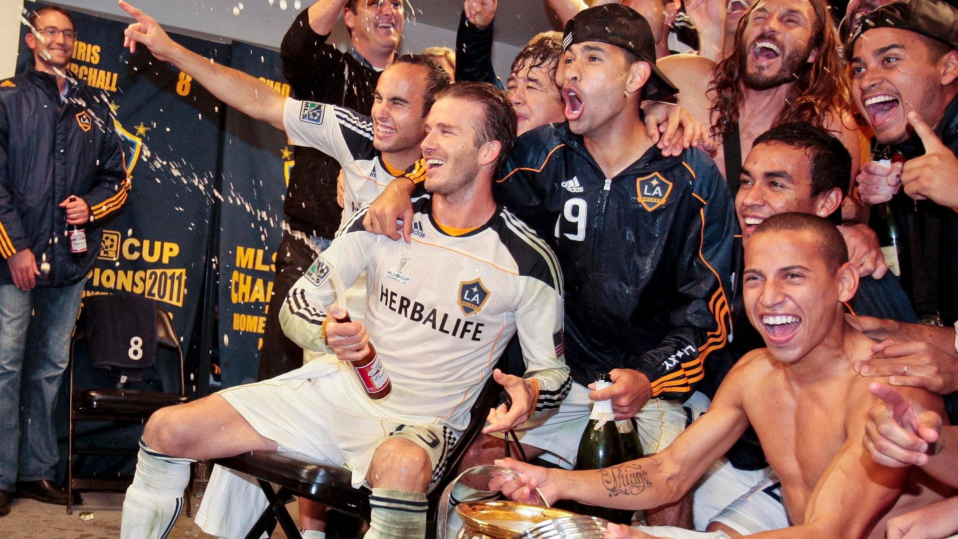 David Beckham comemora ao lado de Landon Donovan e os companheiros de Los Angeles Galaxy na conquista da MLS (20/11/2011)