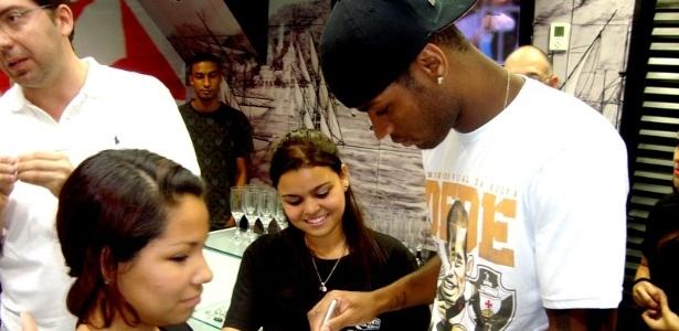 Dedé atende aos fãs em inauguração de loja em shopping do Rio