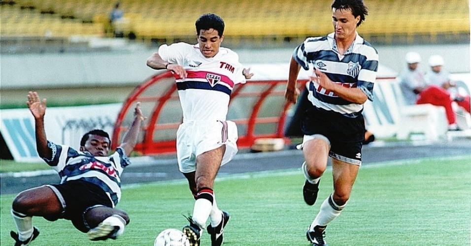 Pavão arranca com a bola em jogo contra o XV de Piracicaba pelo Paulista de 1995