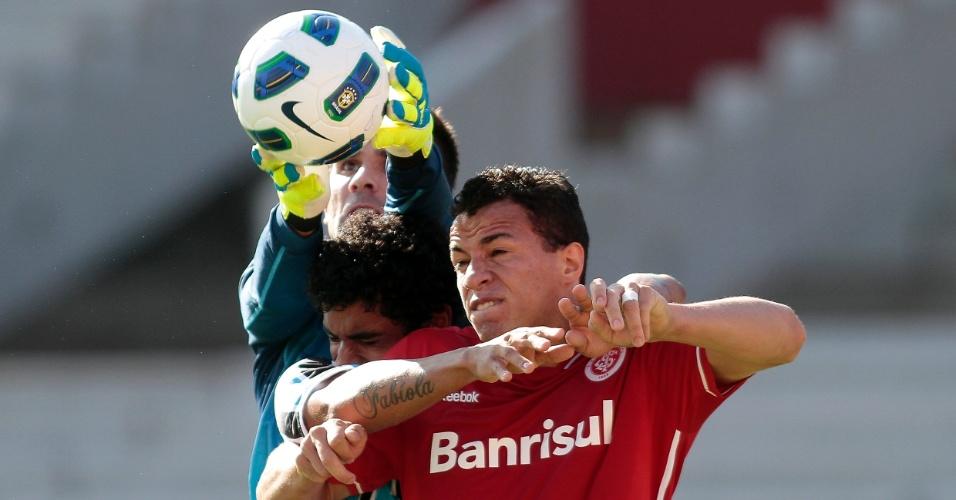 Centroavante Leandro Damião, do Inter, sobe para cabecear marcado por Vilson e Victor, do Grêmio (04/12/2011)
