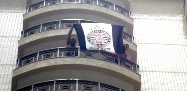 Corintianos agitam a bandeira no hotel em que a delegação do Vasco está concentrada