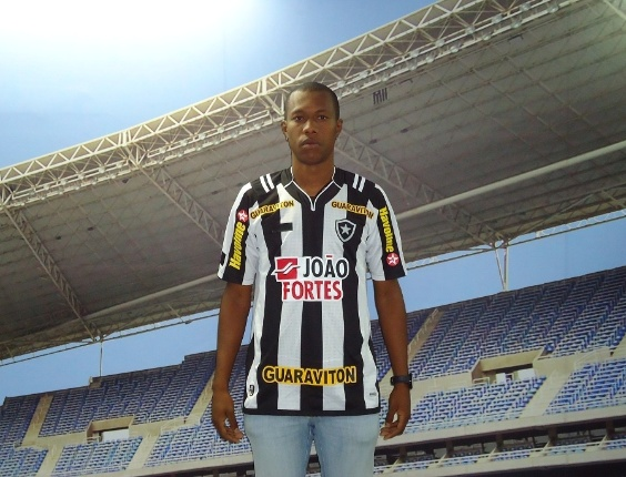 Brinner, zaguero ex-Paraná, é a primeira contratação do Botafogo para 2012