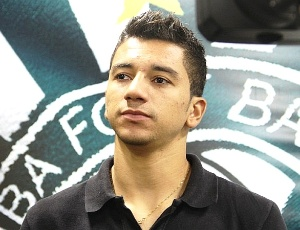 O meia Renan Oliveira vem tendo pouco espa&#231;o no Coritiba e poder&#225; se transferir para o Goi&#225;s
