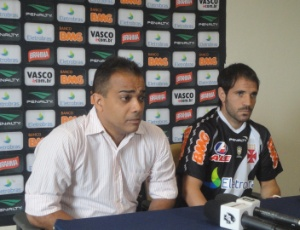 Freitas e Abelairas durante a apresenta&#231;&#227;o do jogador no in&#237;cio do ano: sa&#237;da amig&#225;vel do Vasco