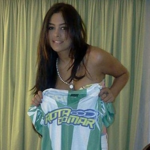 Larissa Riquelme mostra a camisa do Amrica-PE (11/01/2012)