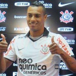 : Corinthians apresenta Élton como opção aos 'frágeis' Adriano e Liedson