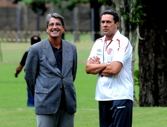 Luiz Augusto Veloso, diretor de futebol do Flamengo, conversa com Luxemburgo durante um treino