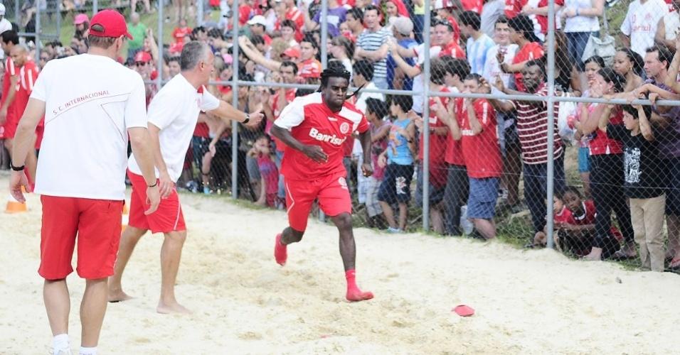 Tinga testa força e agilidade antes de sentir lesão em treino do Inter