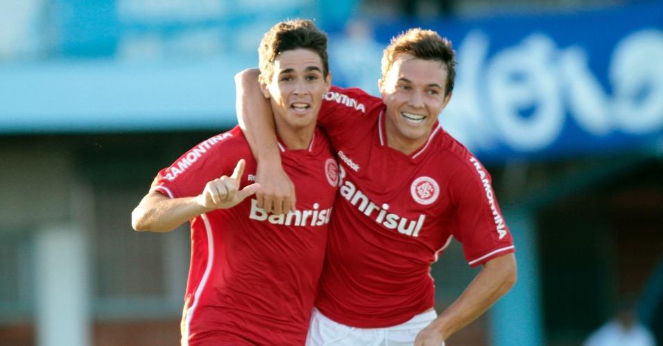 Meia Oscar e o atacante Dagoberto comemoram gol do Inter contra o Novo Hamburgo pelo Gauchão (18/01/2012)