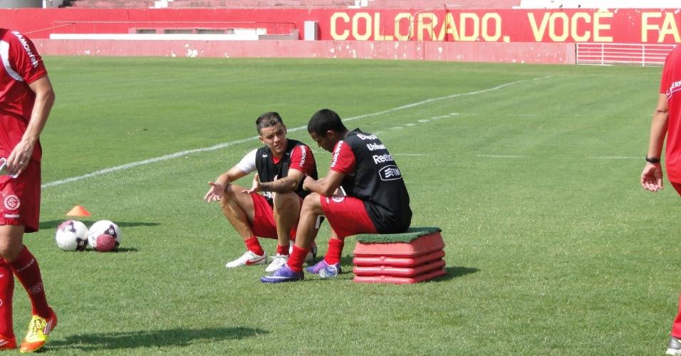 Meia D'Alessandro conversa com o jovem Bruno Smith da equipe sub-23 durante o intervalo do treino (21/01/2012)