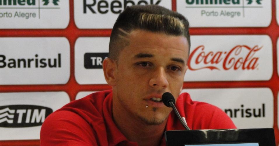 Meia D'Alessandro em entrevista coletiva para falar sobre a permanência no Inter (30/01/2012)