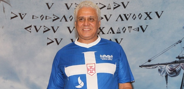 O presidente do Vasco, Roberto Dinamite, posa com a nova terceira camisa do clube