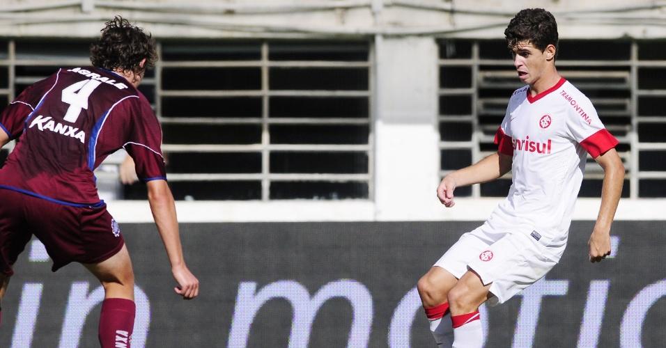 Meia Oscar tenta jogada durante confronto do Inter com o Caxias (12/02/12)