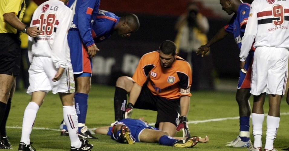 Serginho, jogador do São Caetano, fica caído em campo; o atleta sofreu um mal súbito durante um jogo contra o São Paulo e morreu (27/10/2004)