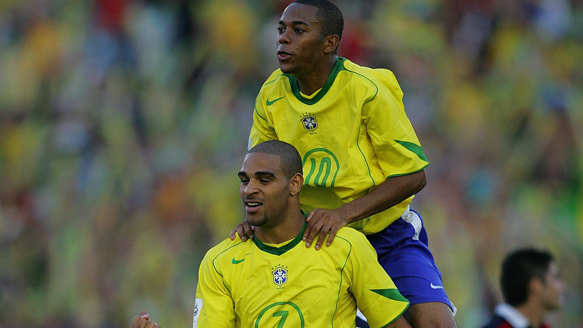 Adriano e Robinho comemoram gol pela seleo brasileira em 2005