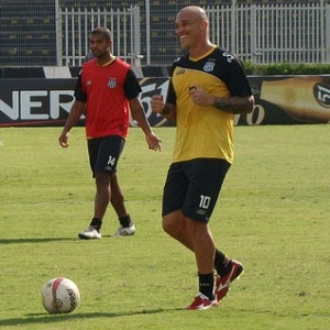 Atacante Leandro sorri durante treino da Ponte Preta