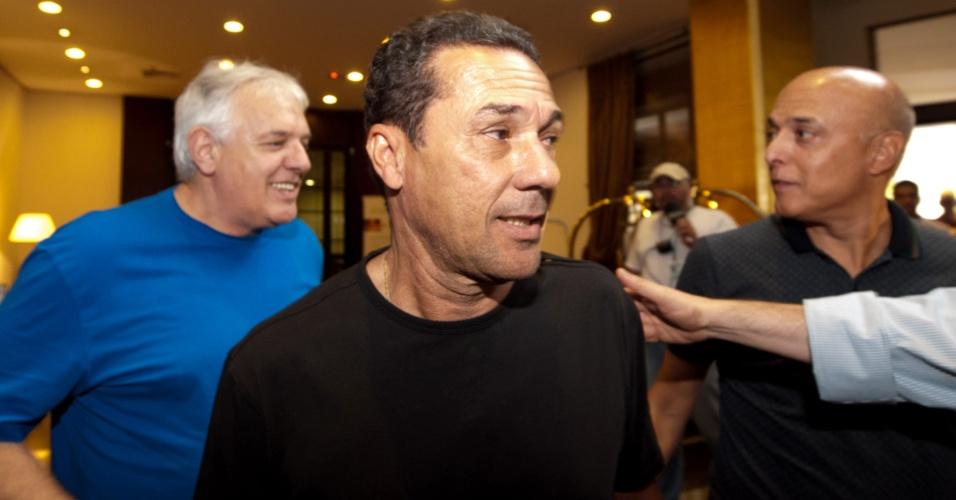 Técnico Vanderlei Luxemburgo na chegada a Porto Alegre no hotel da concentração do Grêmio (22/02/2012)